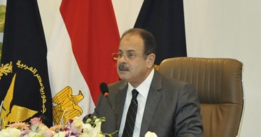 وزير الداخلية يكرم رئيس البحث الجنائى بشبرا والضباط لسرعة إعادة سيارة مسروقة