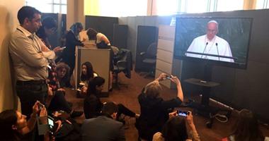بالصور.. مراسلو العالم يتزاحمون خارج قاعة الأمم المتحدة لتغطية مؤتمر البابا