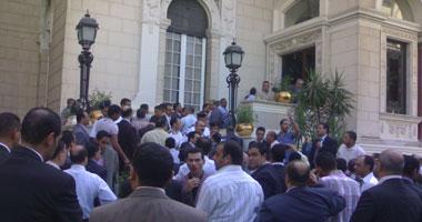 """مؤقتو """"الأهرام واﻷخبار"""" يتظاهرون أمام """"الوزراء"""" للمطالبة بالعودة للعمل"""