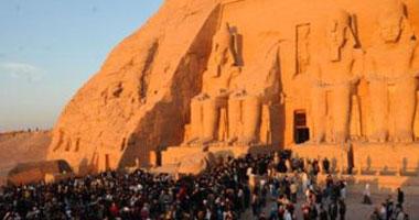 3000 سائح يحتفلون بتعامد الشمس على تمثال رمسيس الثانى بأبو سمبل