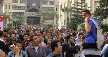 طلاب الإخوان بجامعة القاهرة يستعينون بطفل لقيادة مسيرتهم