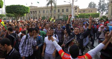 إخوان جامعة القاهرة يشعلون الشماريخ فى تظاهرهم بساحة كلية الحقوق