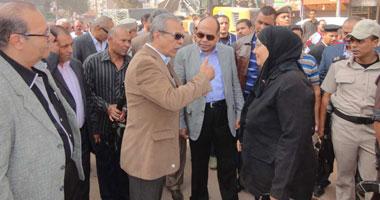 محافظ المنيا ومدير الأمن يتجولان بمنطقة حى غرب المدينة