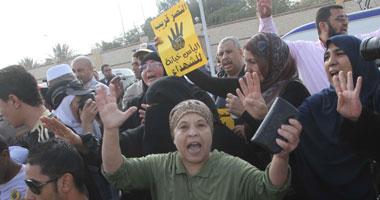 عناصر الإخوان يهتفون ضد الجيش فى أولى جلسات محاكمة مرسى