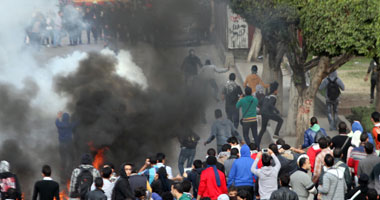 """طلاب إخوان """"عين شمس"""" يرشقون الأمن بالحجارة.. والقوات ترد بالغاز"""