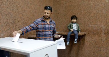 المصريون فى الخارج يواصلون الاستفتاء على مشروع الدستور لليوم الخامس