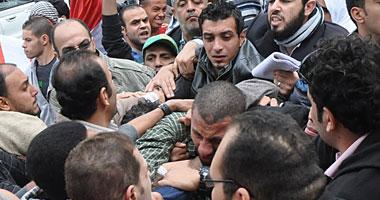 الإخوان يحاصرون المتظاهرين أمام الاتحادية وسط اشتباكات قوية