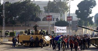 جانب من المظاهرات أمام قصر الاتحادية
