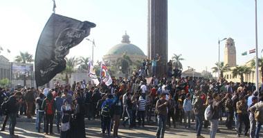 الأمن الإدارى بجامعة القاهرة يعاود السيطرة على الباب الرئيسى