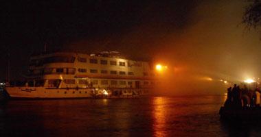 انتداب المعمل الجنائي لرفع الأدلة الجنائية من موقع حريق مركب بالنيل فى البحر الأعظم