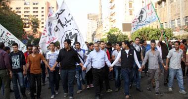 بالصور أعضاء إبريل يتجمعون أمام الفتح للمطالبة بالإفراج زملائهم