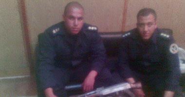 النقيبان محمود أيوب وأحمد بسطويسى مع المضبوطات