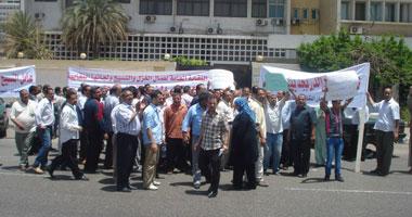 تظاهر عمال الغزل والنسيج بالمنوفية احتجاجا على فصل زملائهم تعسفيًا