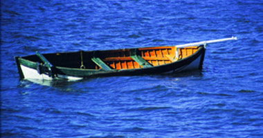 العثور على زورق يتسع لعشرات المهاجرين فارغاً وسط البحر المتوسط قبالة ليبيا