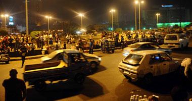 متظاهرو التحرير يفترشون أرض الميدان ويمنعون مرور السيارات S9201128165646.jpg