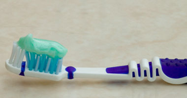 طبيب أسنان يحذر: فرشة الأسنان وسيلة لنقل العدوى بالبكتيريا والفيروسات