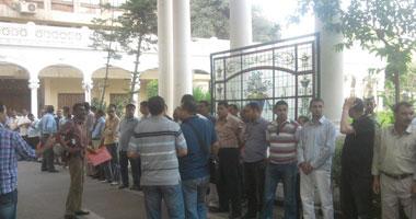 """موظفو التطوير التكنولوجى يحاصرون مكتب وزير """"التعليم"""".. و""""العربى"""" يغيب منذ موقعة  L5201226133330"""
