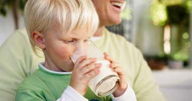 لو عاوزة طفلك أسد إديله مشروب الطاقة.. بسكويت وأيس كريم ولبن