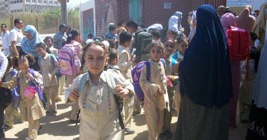 """وفد من """"التعليم"""" يزور مدرسة لإقناع طلابها بقرب وصول الكتب"""
