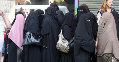 فرنسا تبدأ النقاب بالأماكن العامة