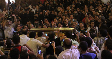"""الآلاف يشيعون جنازة ضحايا ماسبيرو من الكاتدرائية فى مشهد جنائزى.. والأقباط يهتفون """"ارفع رأسك فوق انت شهيد"""" S10201110171443"""
