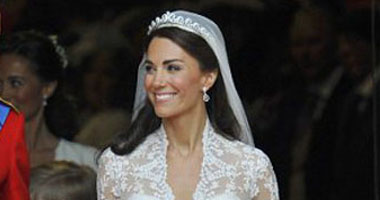 بالصور.. مصممة فستان الأميرة كيت تقدم أحدث الأزياء بباريس