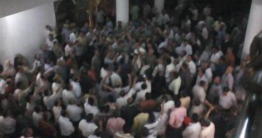 الآلاف من معلمى الإخوان يتظاهرون داخل النقابة ويطلبون تسلمها S1020118194528