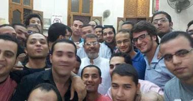 الحرية والعدالة ينشر صورة للرئيس أثناء تأديته صلاة الفجر بالزقازيق