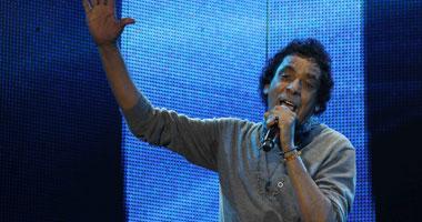 محمد منير يصل ملعب أسوان لمتابعة مباراة مصر وكينيا