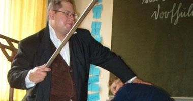 صورة والد طالب يتهم مدرسا بضرب وإصابة ابنه خلال درس خصوصى فى الجيزة