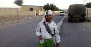 مشجع جزائرى يحاول اللحاق بالمباراة سيراً على الأقدام