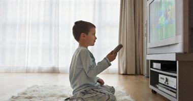 دراسة تحذر الأطفال عامهم الثانى أمام التليفزيون