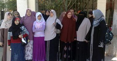 مدرسو العقود المؤقتة يحتجون امام محافظة الفيوم