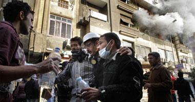 المتظاهرون بالتحرير فى محاولة لإنقاذ الزميل ماهر اسكندر بعد إصابته