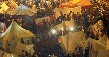"""معتصمو التحرير يؤمنون الميدان بـ""""المتاريس"""""""