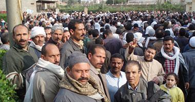 عمال غزل شبين يواصلون إضرابهم