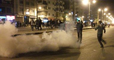 الأمن يستخدم القنابل المسيلة للدموع لتفريق المتظاهرين وتصاعد أعمدة الدخان أمام مسجد سيدى الأربعين بشارع الجيش