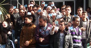 2000 طالب بالثانوية يتظاهرون أمام