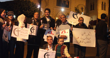 خالد أبو النجا يقود وقفة بالشموع أمام كنيسة بمصر الجديدة