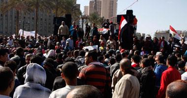"""ثوار التحرير يحملون نقالة لـ""""مبارك"""""""
