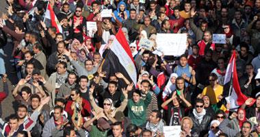 المتظاهرين بالتحرير يرفعون الأحذية الإخوان