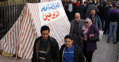 """القضاة المفصولون يواصلون اعتصامهم أمام """"القضاء العالى"""""""