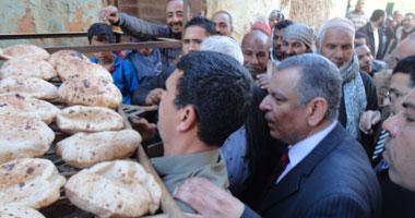 محافظ المنيا يتفقد مخابز تنفذ تجربة تحرير سعر الدقيق