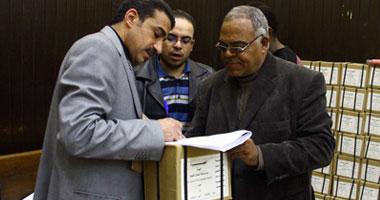 تسليم استمارات الاستفتاء على الدستور لمسئولى اللجان الفرعية