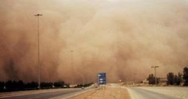عاصفة ترابية تحيل نهار الرياض ظلام