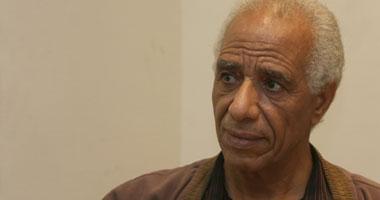 الشاعر حسن طلب يجرى عملية جراحية بعينيه