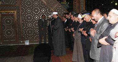المشيعون يؤدون صلاة الجنازة على الاميرة فريال