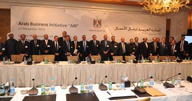 رشيد محمد رشيد وزير الصناعة والتجارة يتوسط رجال الأعمال العرب