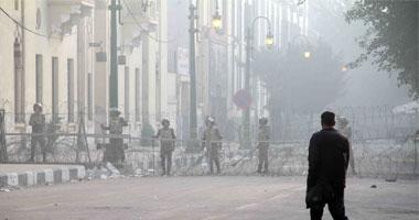 قوات الجيش تقيم حواجز حديدية وأسلاك شائكة لتأمين وزارة الداخلية S12201116122411