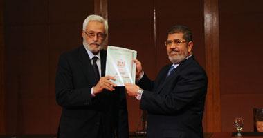 الرئيس محمد مرسى يستلم الدستور من حسام الغريانى